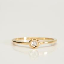 Solitaire or jaune et diamants.