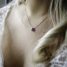 Saphir bleu en forme de poire.