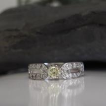 Solitaire or blanc et diamants.