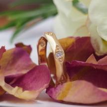 Alliance or rose facette et bordure perlé avec diamants